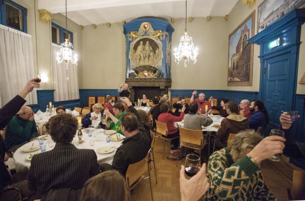 In het Academiegebouw in Utrecht krijgen medewerkers, vrijwilligers en verkopers van dak- en thuislozenkzrant Straatnieuws een buffet aangeboden van cateraar Oud London.